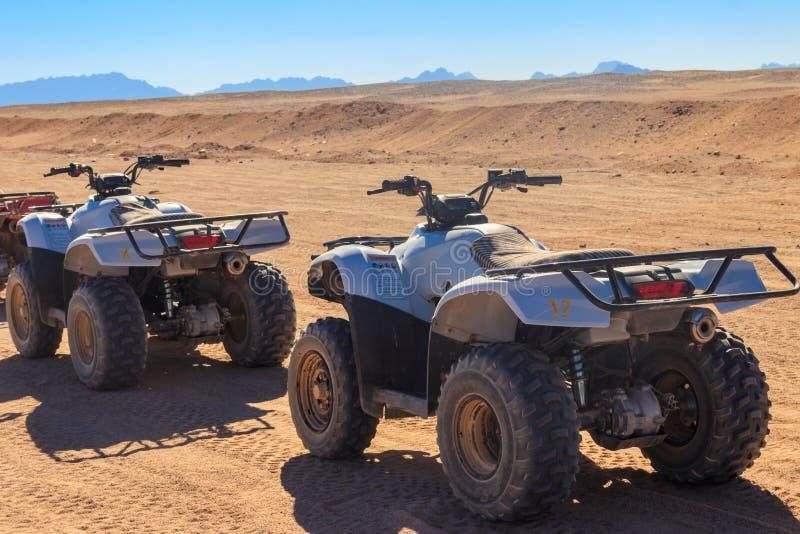 Pietropisti ATV per safari viaggi nel deserto arabo in Egitto fotografie stock libere da diritti