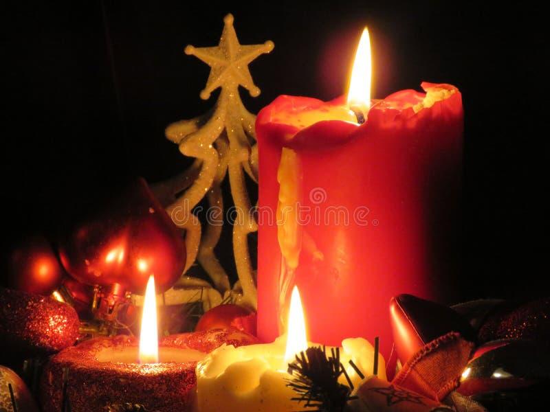 Pieza central de la Navidad con las velas encendidas foto de archivo libre de regalías
