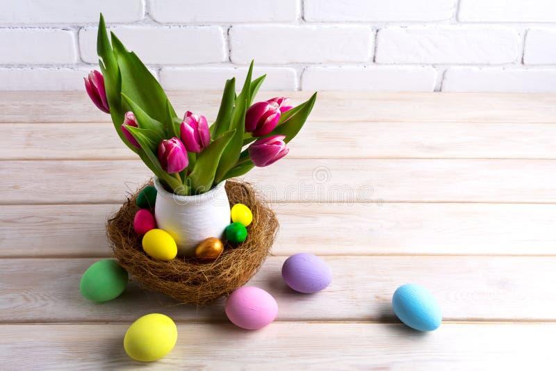 Pieza central de la tabla de Pascua con los huevos pintados a mano en jerarquía fotografía de archivo