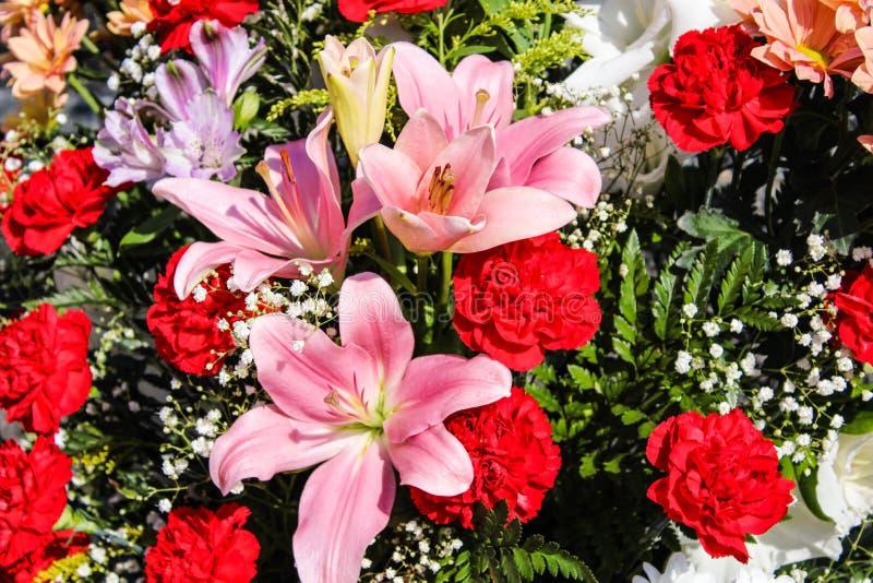 Pieza central floral con la pieza central del clavel imagen de archivo libre de regalías