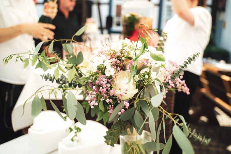 Pieza central floral de la tabla en una recepci?n nupcial imagen de archivo libre de regalías