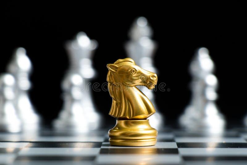 Pieza de ajedrez Gold con equipo de plata en fondo negro Concepto de estrategia empresarial, decisión empresarial y encuentro imágenes de archivo libres de regalías