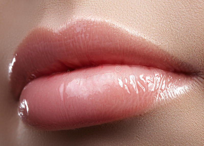 Pieza de la cara Labios femeninos hermosos con maquillaje natural, piel limpia Tiro macro del labio femenino, piel limpia Beso fr fotos de archivo