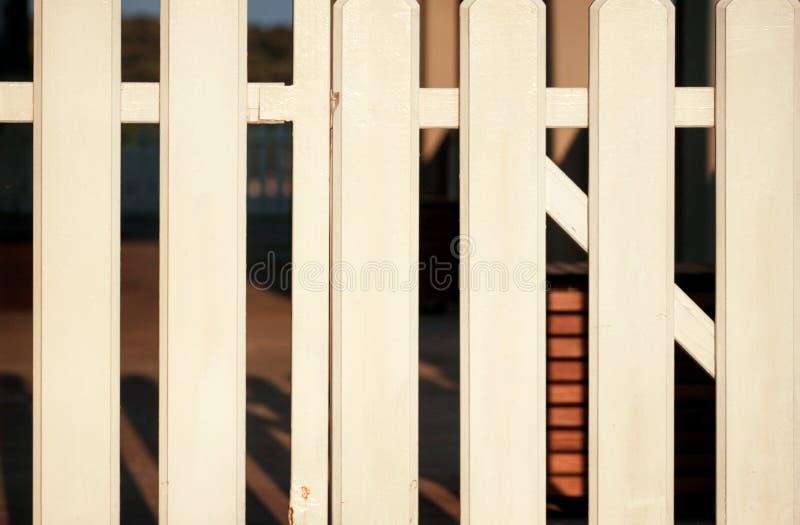 Pieza de la cerca decorativa de madera blanca Textura de madera del fondo del panel del tablón Ideas de la arquitectura de paisaj fotos de archivo libres de regalías