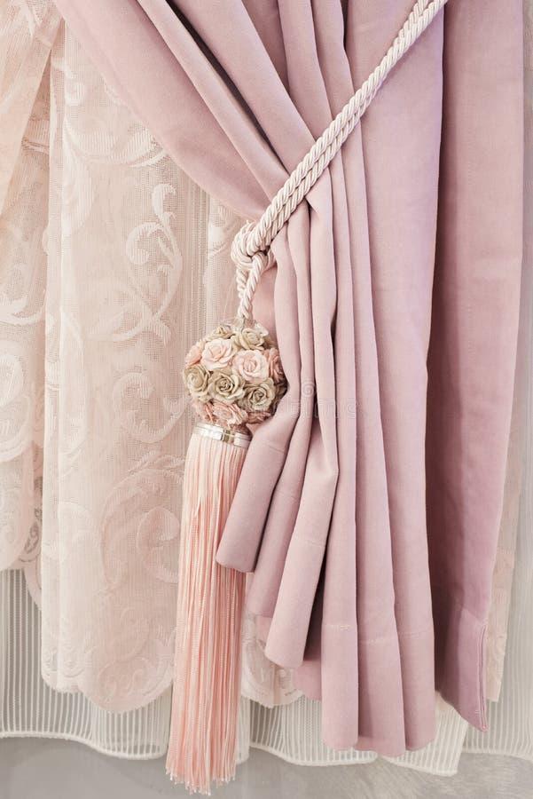 Pieza de la cortina maravillosamente cubierta en la ventana en el cuarto Tieback floral de la borla Ciérrese para arriba de la co fotos de archivo