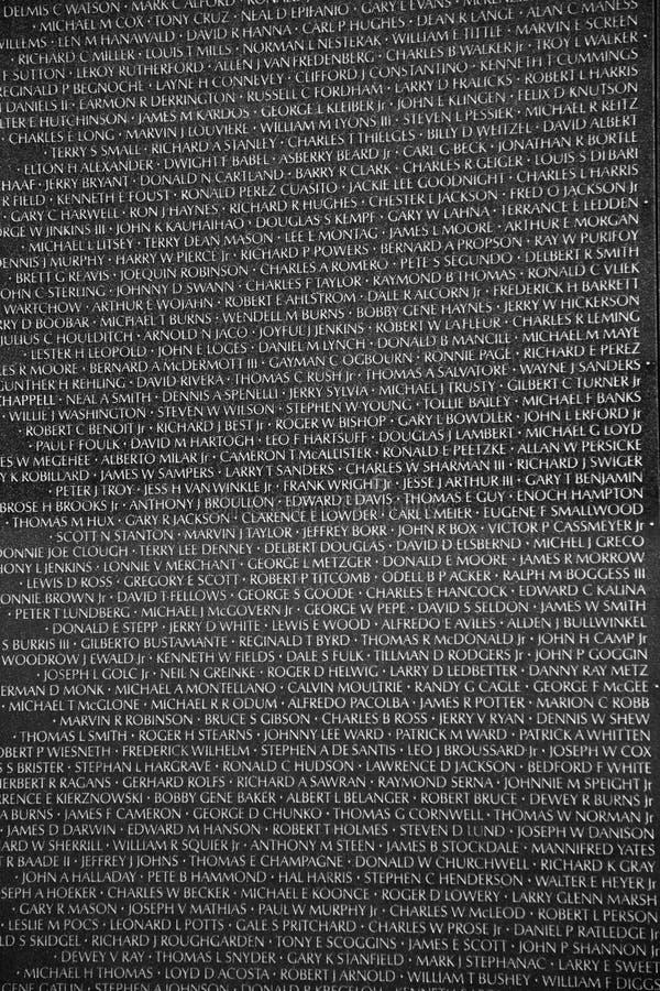 Pieza de la pared conmemorativa de Vietnam con los nombres de los militares matados o del desaparecido en combate fotos de archivo libres de regalías