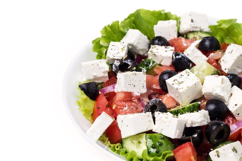Pieza de la placa con la ensalada griega fotos de archivo
