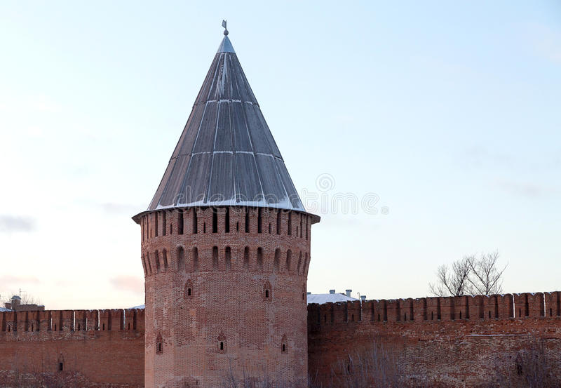 Pieza de Smolensk el Kremlin de la torre vieja del trueno de la pared de la fortaleza con un tejado de madera foto de archivo libre de regalías