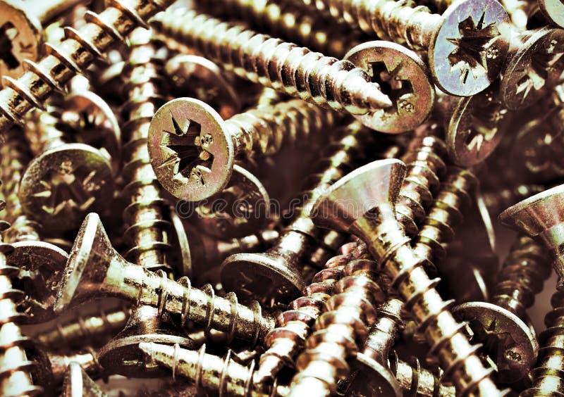 Pieza de tornillos de acero de madera de bronce. Cerrar macro, fondo industrial transparente imágenes de archivo libres de regalías