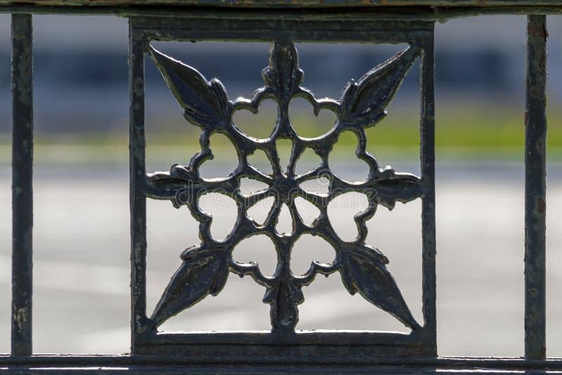 Pieza de una cerca decorativa del metal fotografía de archivo