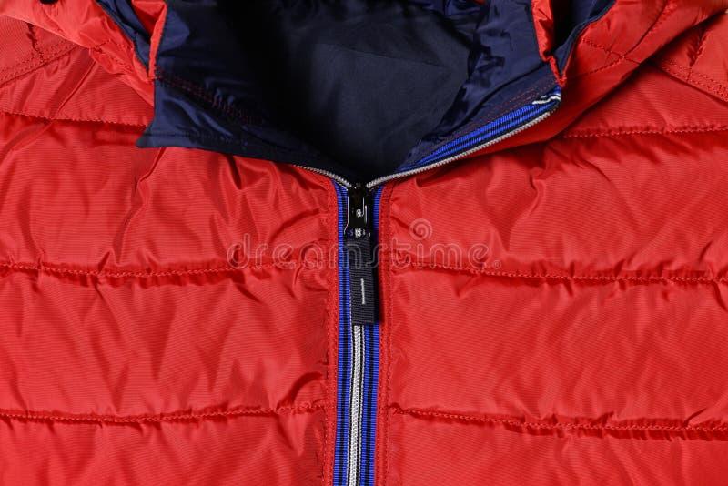 Pieza de una chaqueta del ` s de los hombres rojos abajo con una cremallera azul y un cuello desabrochado Prendas de vestir exter imagen de archivo libre de regalías