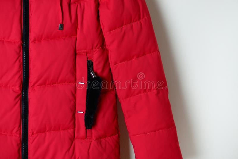 Pieza del invierno de la chaqueta roja abajo con un bolsillo en la cremallera Ropa de la moda imagen de archivo