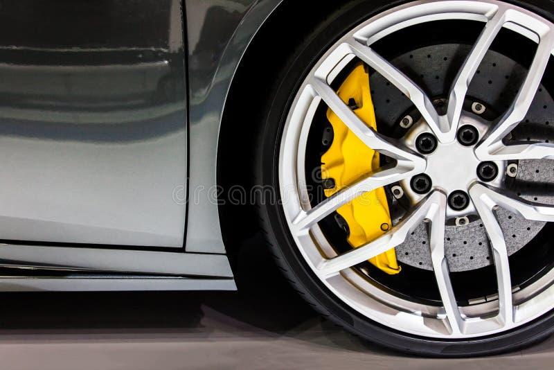 Pieza del nuevo coche moderno de la rueda con la zapata de freno de disco imagenes de archivo