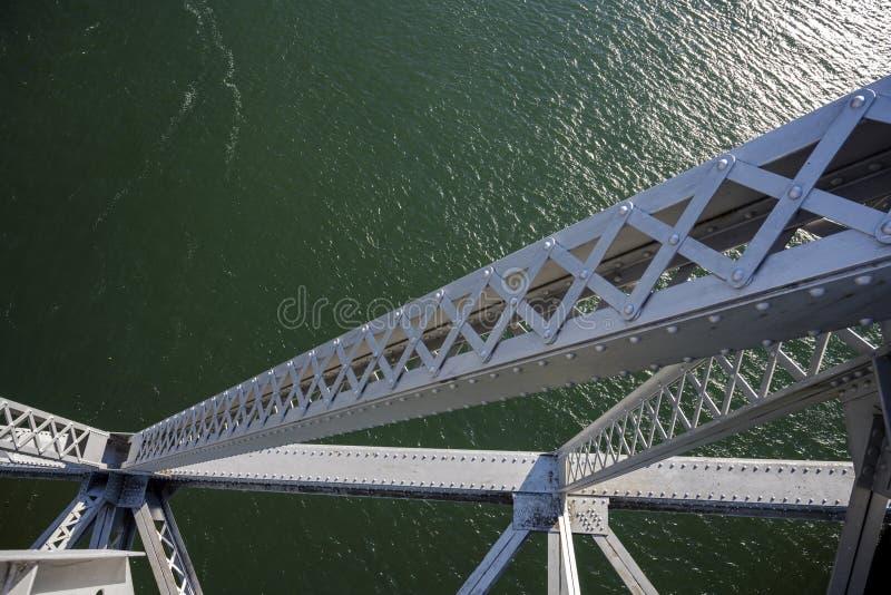 Pieza del puente de braguero del metal de dios sobre el río Columbia foto de archivo