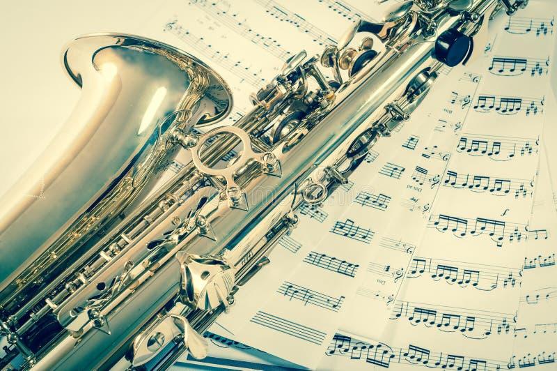 Pieza del saxofón que miente en las notas Estilo de la vendimia imagen de archivo libre de regalías