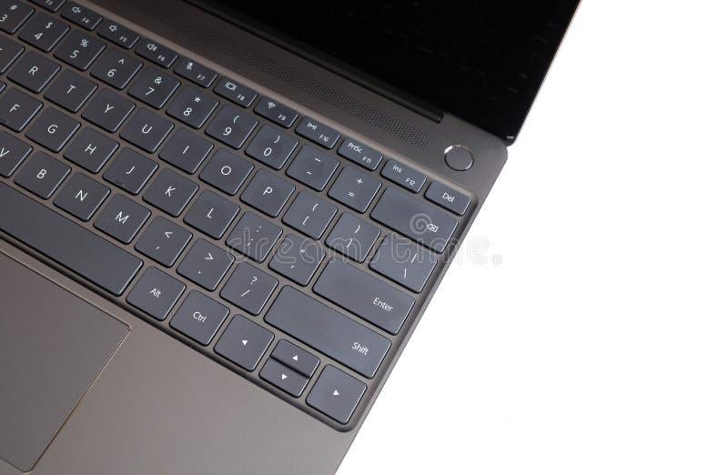 Pieza del teclado del ordenador portátil y panel táctil del ordenador portátil abierto aislado en la visión superior blanca fotografía de archivo