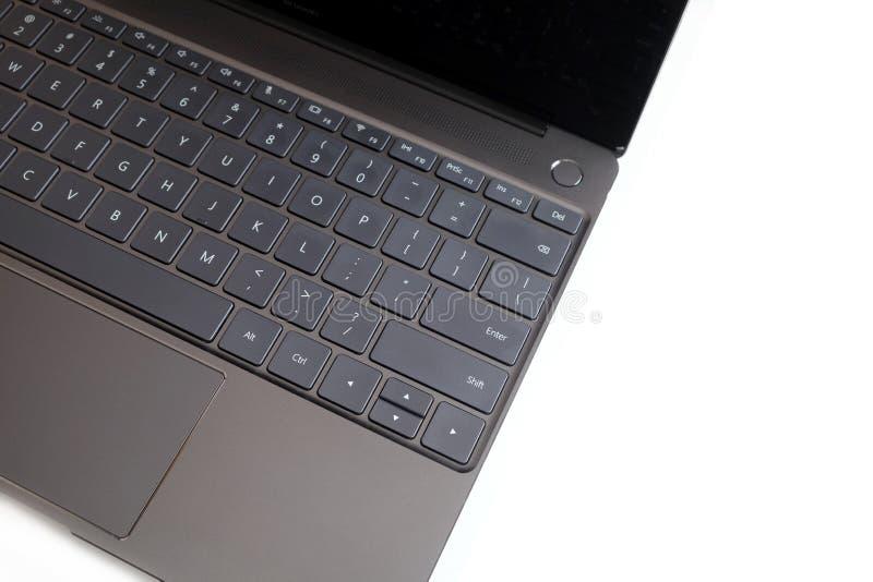 Pieza del teclado del ordenador portátil y panel táctil del ordenador portátil abierto en la visión superior blanca foto de archivo