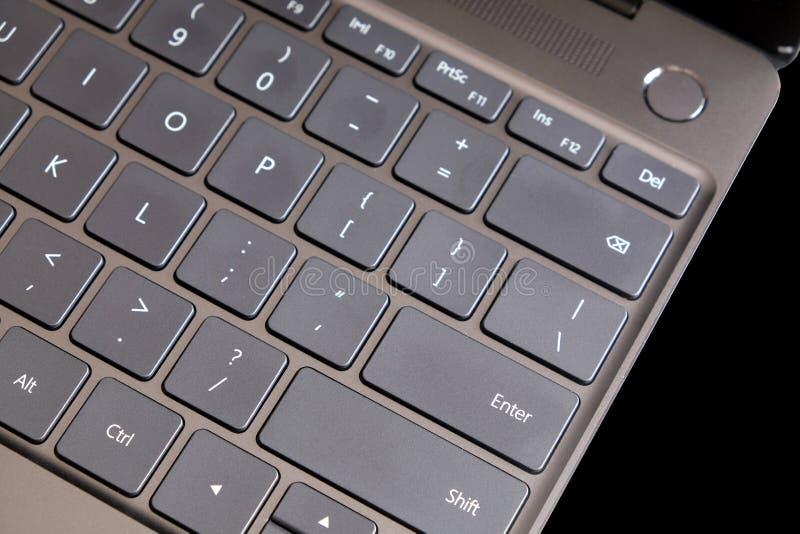 Pieza del teclado del ordenador portátil y panel táctil del ordenador portátil abierto en la visión superior negra foto de archivo