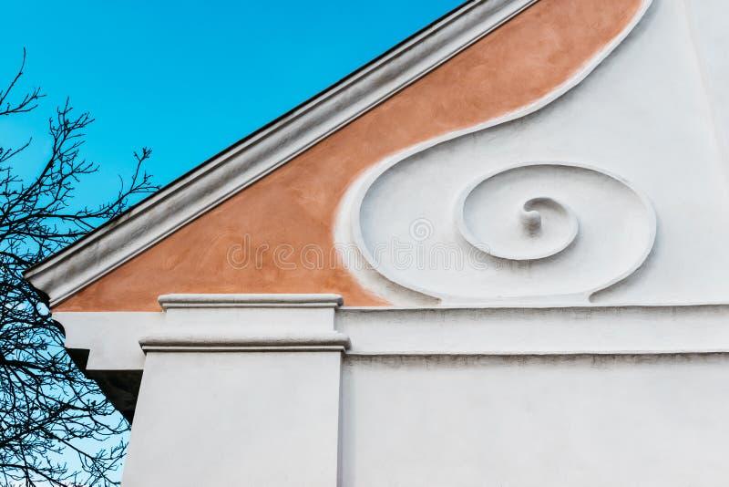 Pieza del tejado de una casa de la familia en el estilo del Barroco rural foto de archivo libre de regalías