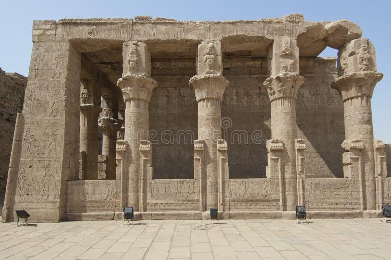 Pieza del templo de Edfu en Egipto imagenes de archivo