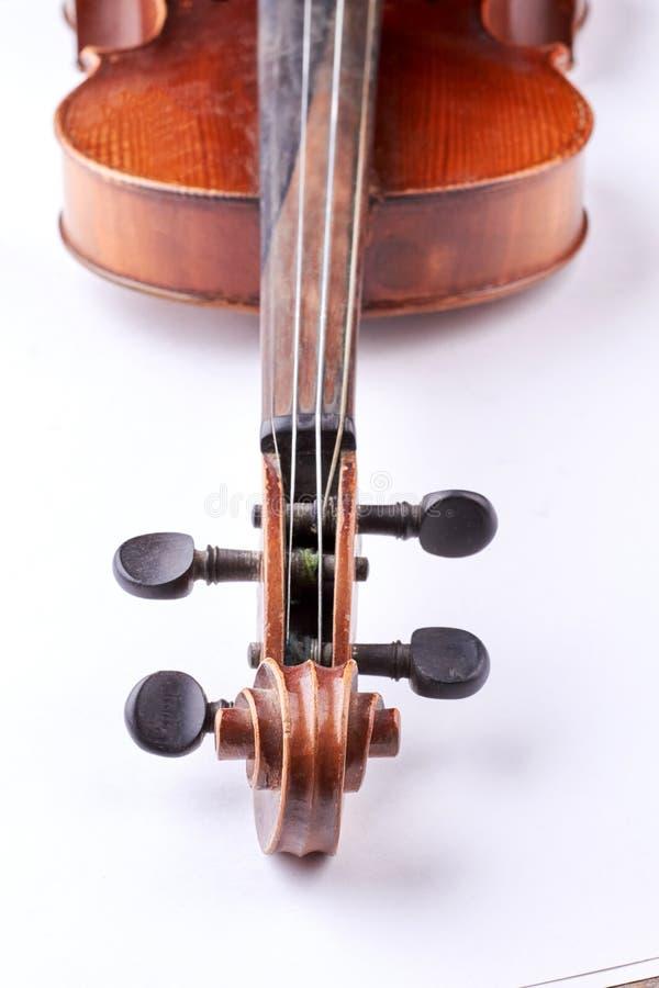 Pieza del violín viejo en el fondo blanco fotos de archivo
