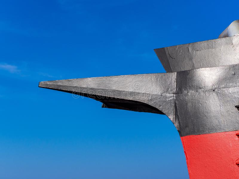 Pieza roja y negra de la nave - cielo azul claro del embudo en el fondo imagen de archivo