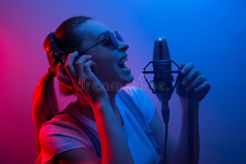 Pieza vocal hermosa joven de los discos de la muchacha, show business, DJ, partido, música pop foto de archivo