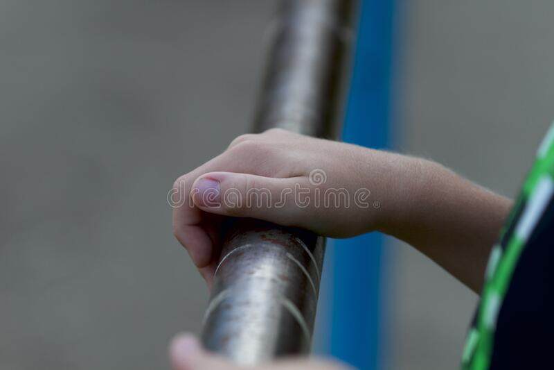 Piezas de la carrocería: mano de un niño con barra cruzada imagenes de archivo