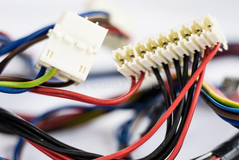 Piezas de los alambres y de los empalmes eléctricos viejas en el fondo blanco fotografía de archivo