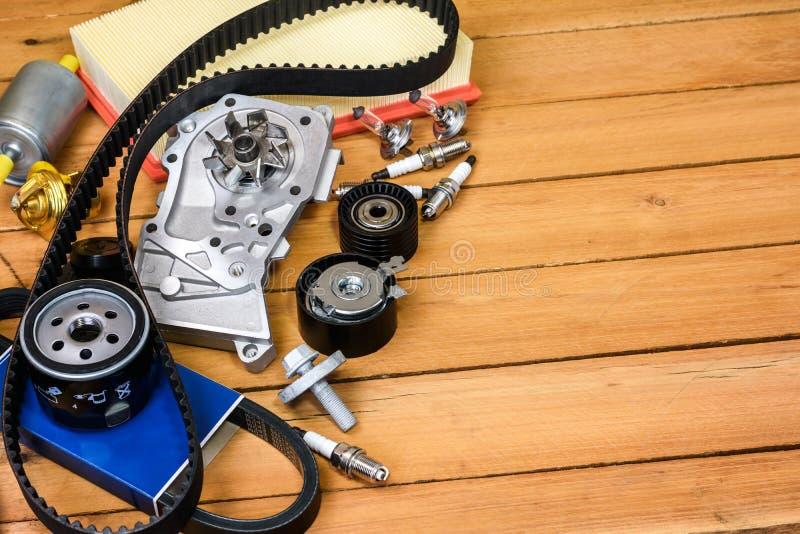 Piezas del coche en la tabla de madera foto de archivo libre de regalías