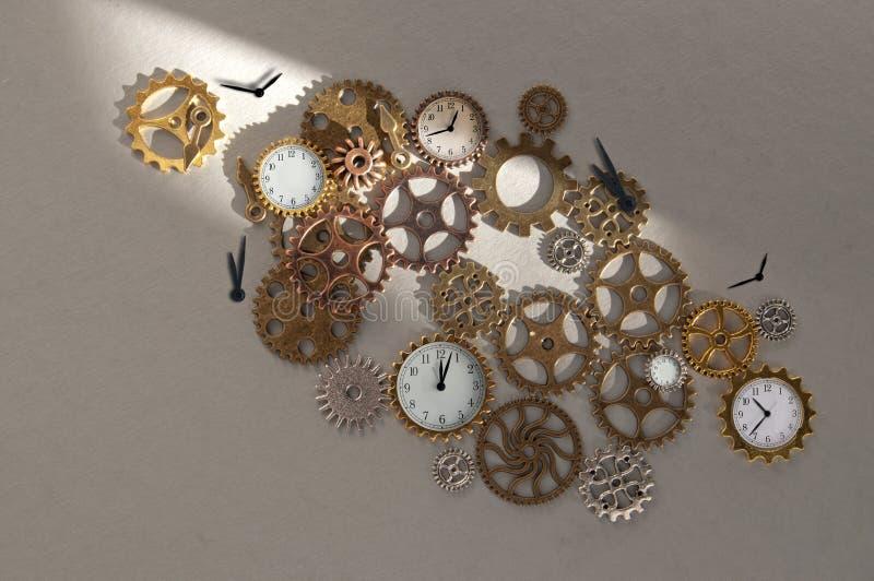 Piezas del reloj incluyendo los engranajes y los dientes imagen de archivo