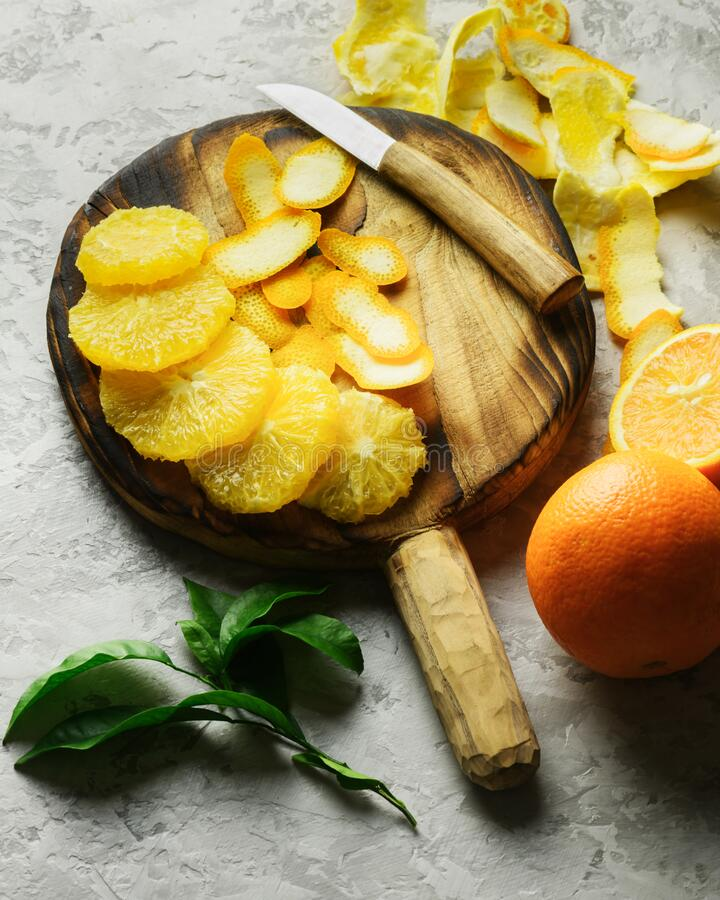 Piezas naranjas en el armario de la placa gris imagen de archivo libre de regalías