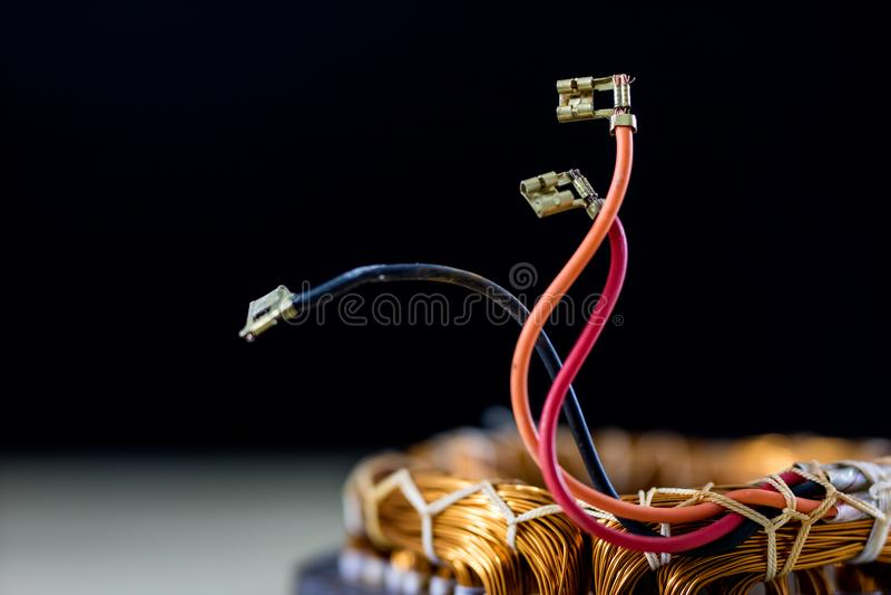 Piezas para un motor eléctrico en una tabla de madera Estator del inglés imagen de archivo