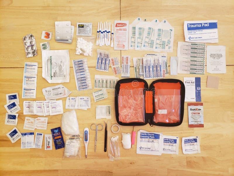 Piezas y equipo del equipo de primeros auxilios fotos de archivo