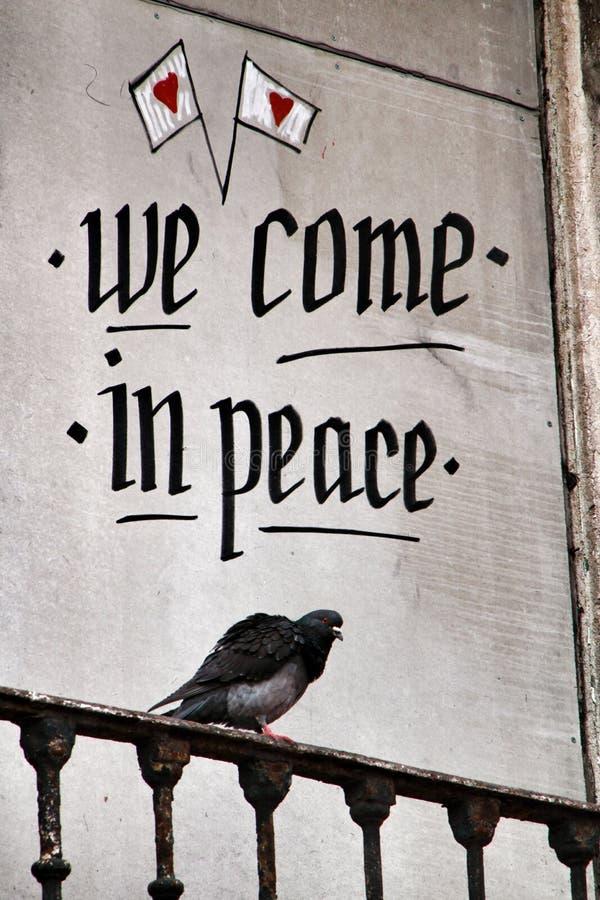 Pigeon été perché sur un balcon avec le message de paix images libres de droits