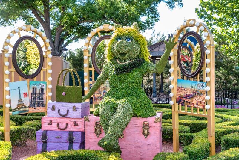 Piggy小姐修剪的花园在显示的显示形象在迪斯尼世界 免版税库存图片