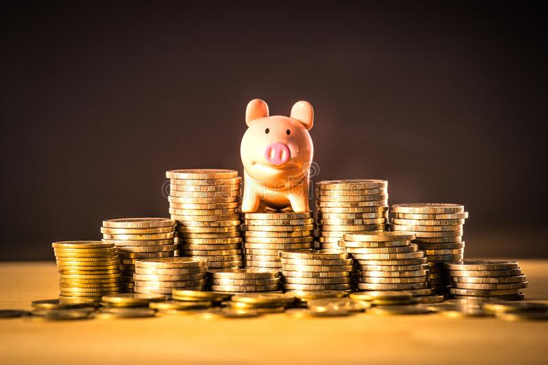 Piggy τραπεζικές εργασίες στο σωρό χρημάτων για την έννοια χρημάτων αποταμίευσης, διάστημα των ιδεών επιχειρησιακού προγραμματισμ στοκ εικόνα με δικαίωμα ελεύθερης χρήσης