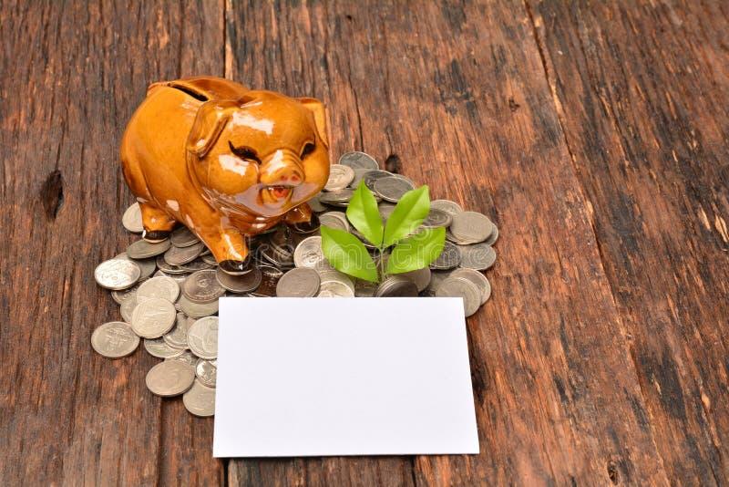 Piggy en stapelmuntstukken en installatie voor sparen geld en financieel, Ta royalty-vrije stock afbeeldingen