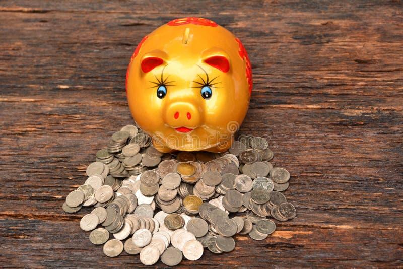 Piggy en stapelmuntstukken voor sparen geld en financieel, belastingsseizoen royalty-vrije stock foto