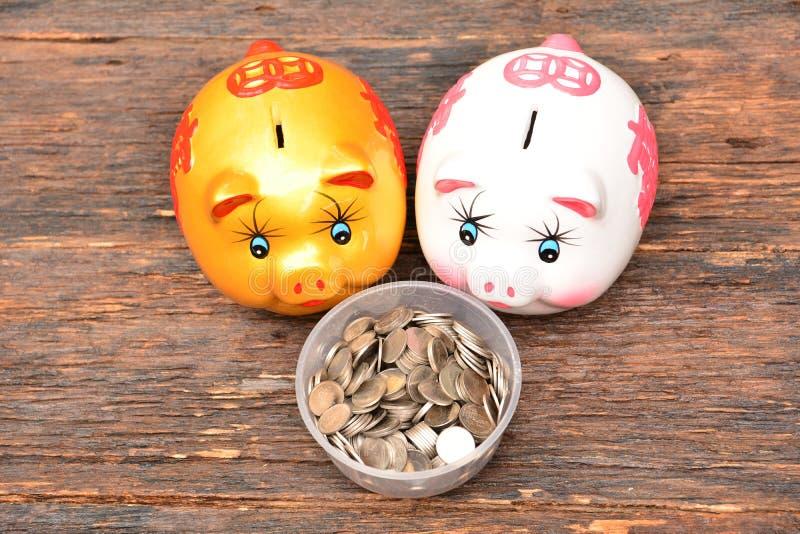 Piggy en stapelmuntstukken voor sparen geld en financieel, belastingsseizoen royalty-vrije stock afbeeldingen