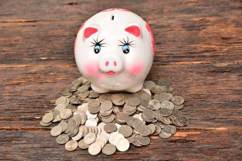 Piggy en stapelmuntstukken voor sparen geld en financieel, belastingsseizoen stock afbeelding