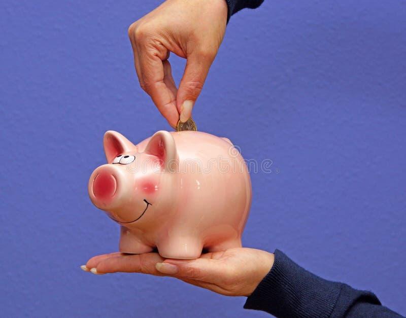 Piggy packa ihop besparingar arkivfoto