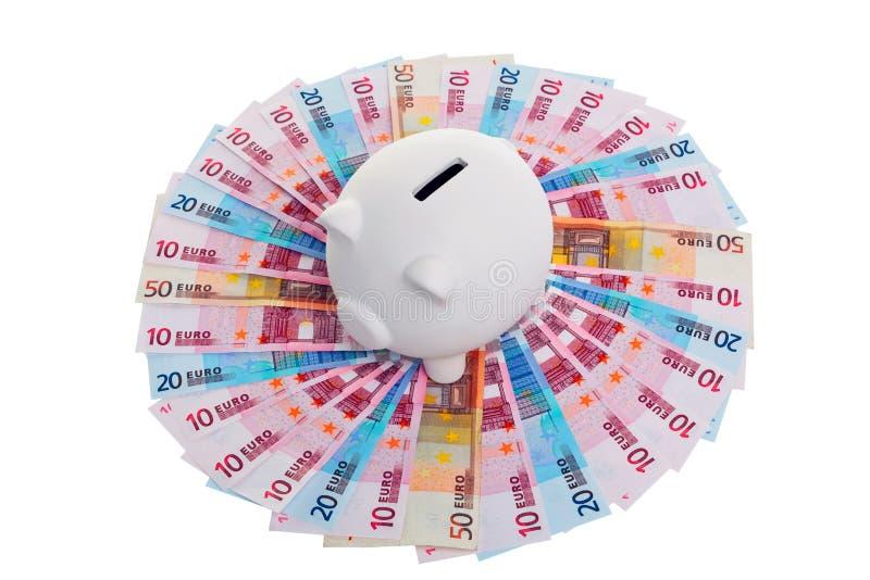 Piggy Querneigung auf Kreis der Eurobanknoten lizenzfreie stockbilder