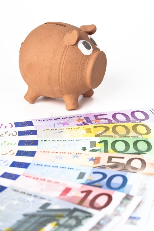 Piggy Querneigung mit Eurobanknoten stockfotografie