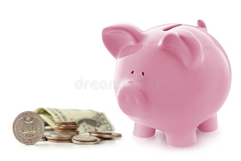 Piggy Querneigung mit Geld stockfoto
