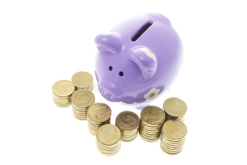 Piggy Querneigung mit Münzen stockfotografie