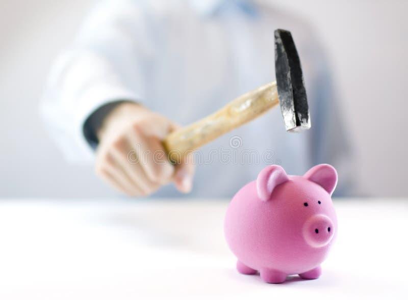 Piggy Querneigung und Hammer stockbilder