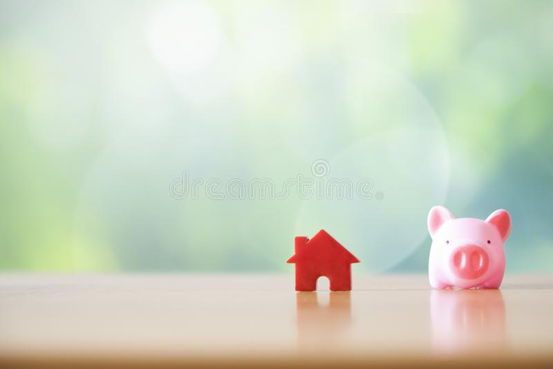 Piggy Querneigung und Haus lizenzfreie stockfotos