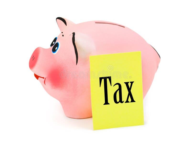 Piggy Querneigung und Papier Steuer lizenzfreie stockfotos