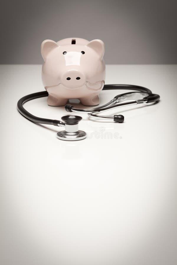 Piggy Querneigung und Stethoskop mit vorgewähltem Fokus lizenzfreies stockbild